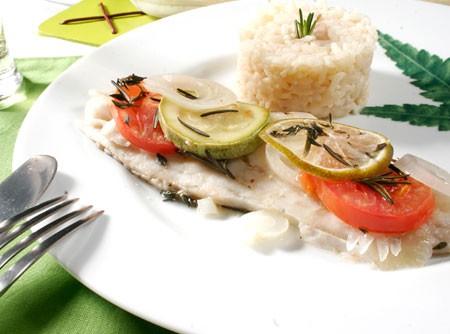 Peixe com legumes e ervas