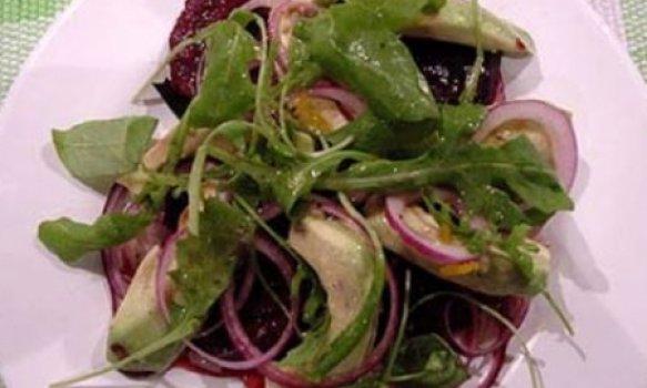 Salada de beterraba assada no forno com abacate e rúcula