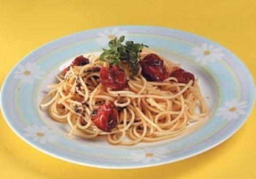 Espagute com tomate-cereja assado