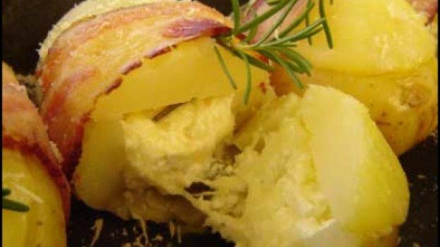 Batatas assadas recheadas e amarradas com bacon