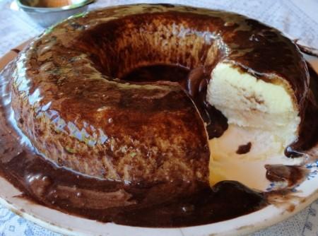 Bolo com Sorvete de Morango e Calda de Chocolate