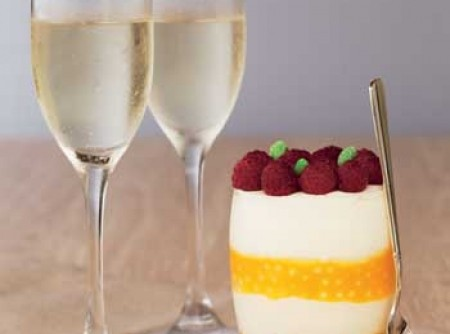 Sagu de maracujá com espuma de iogurte e frutas vermelhas