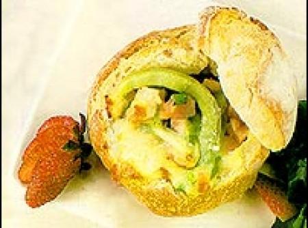 sanduíche aberto de presunto e queijo