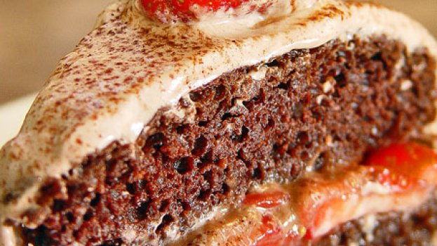 Bolo de Cacau recheado de morangos e mel e cobertura de creme de tofú orgânico