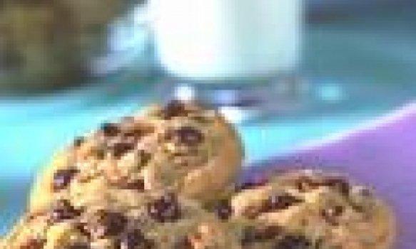 Cookies com leite condensado, gotas de chocolate e castanhas