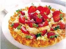 Torta com mousse de chocolate branco e morangos