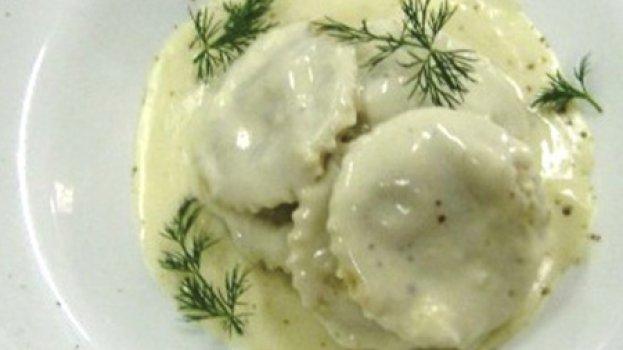 Raviolli recheado com berinjela, pimenta do reino e queijo