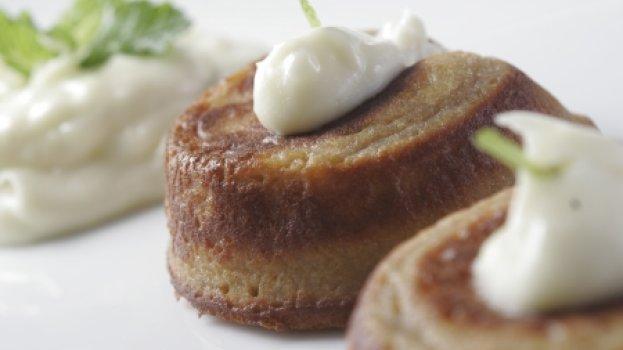 Petit Gâteau de Goiaba com calda de requeijão