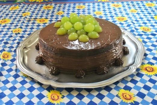 Bolo de Chocolate com Recheio de Prestígio e Cobertura