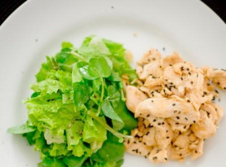 frango ao gergelim e salada verde