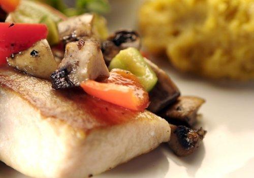 Filet de Peixe com Ratatouille e Purê de Banana