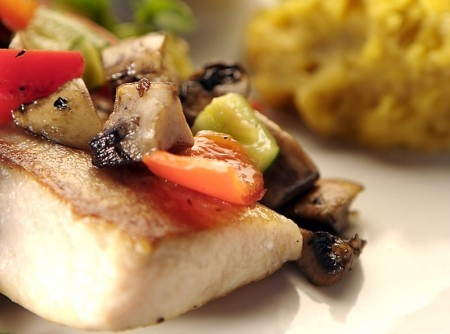 Filet de Peixe com Ratatouille e Purê de Banana
