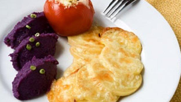 Pupunha gratinada, purê de batata doce com capim cidreira e tomate recheado