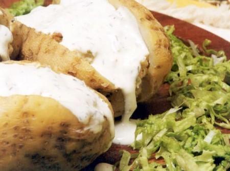 Batatas Assadas com Legumes e Iogurte no Microondas