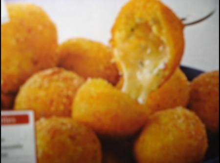 Bolinha de mandioquinha com queijo