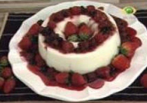 Manjar com calda de frutas vermelhas