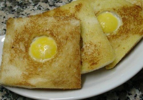 Tostas com ovo estrelado