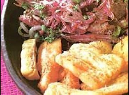 Carne de charque desfiada com farofa de cuscuz e mandioca frita