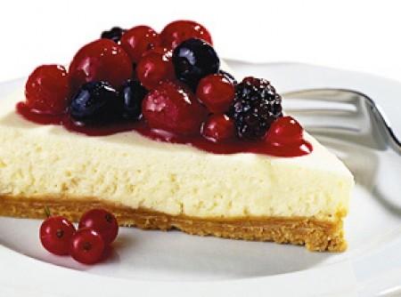 Torta Galak com calda de frutas vermelhas