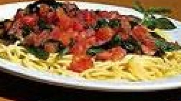 Espaguete com molho de tomate cru