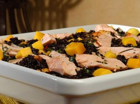 Arroz negro com salmão e manga
