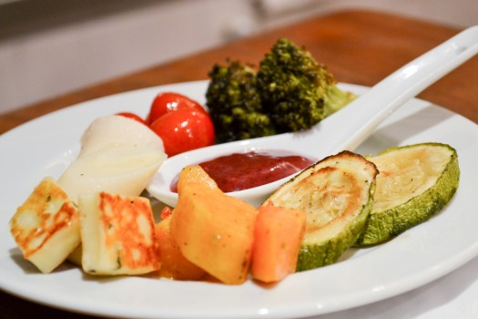 Salada de Legumes Assados com Queijo Coalho e Molho de Amoras