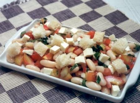 Panzanella de Pão Integral, Feijão, Tomate e Queijo