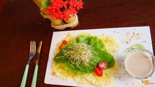 Salada Verão de Carpaccio de Abacaxi, Folhas e Molho de Coco