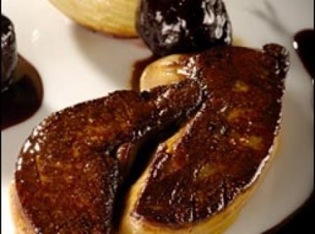 escalope de foie gras de pato com ameixa e cebola