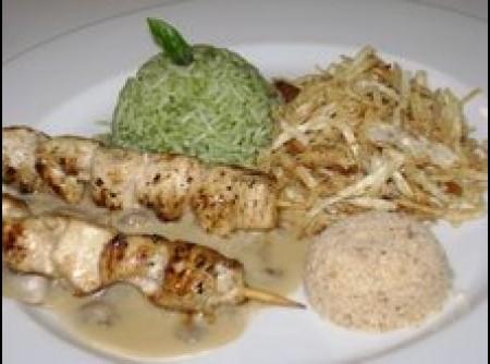 Espetinho de frango como molho cremoso e farofa de alho