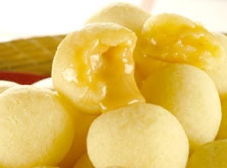 Pão de queijo recheado com doce de leite
