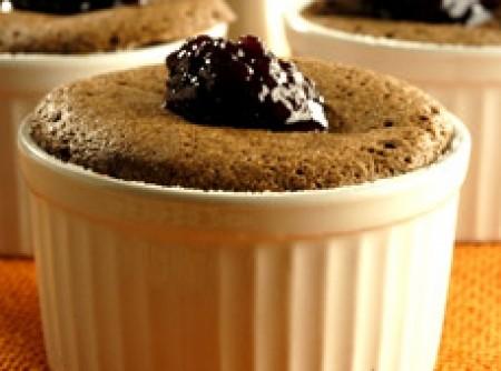 Suflê de Chocolate com Café e Calda de Amoras