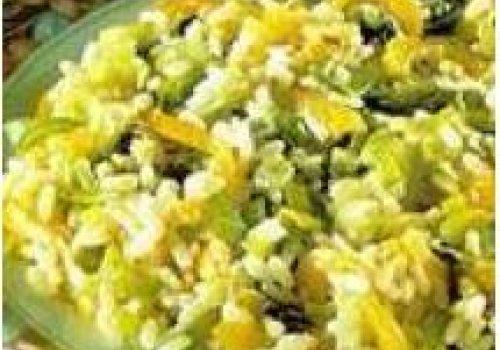 Risoto com alho-poró, pimentão e alface
