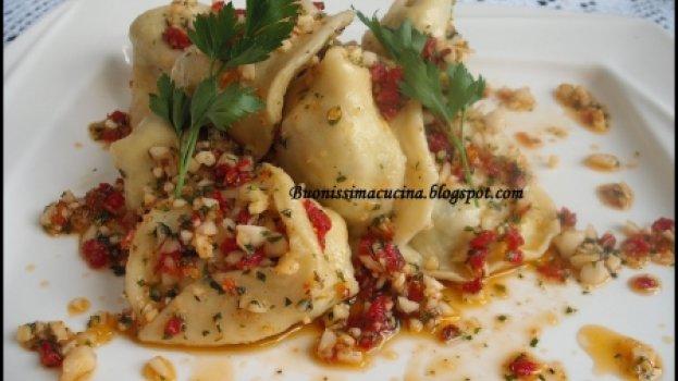 Agnolini de Espinafre, Ricota e Damasco ao Pesto de Ervas e Tomates Secos