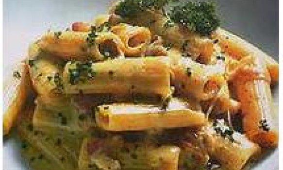 Rigatone à Carbonara com Cebola Caramelizada