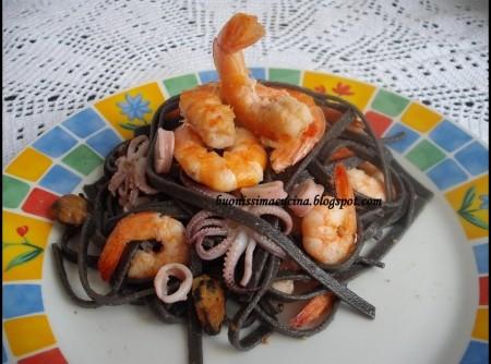 Taglierini nero com frutos do mar