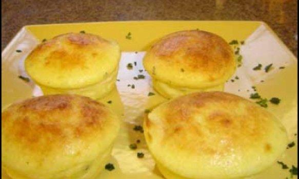 Mini pudins de queijo parmesão