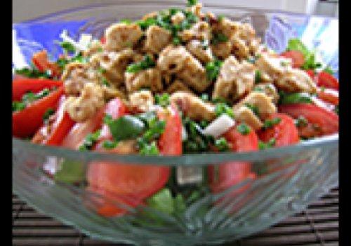 Salada de bacalhau com broto de alfafa e tomate grelhado