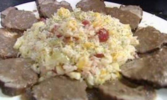 Lombo com molho rústico e arroz com frutas frescas