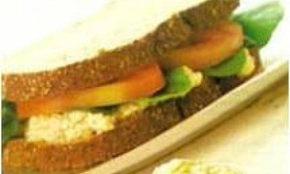 Sanduiche natural com ricota e rúcula