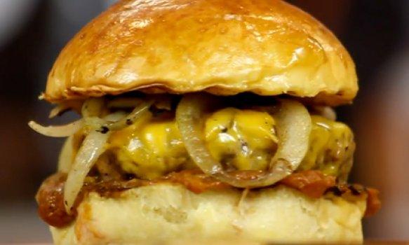 Minion Burger com Ketchup de Banana