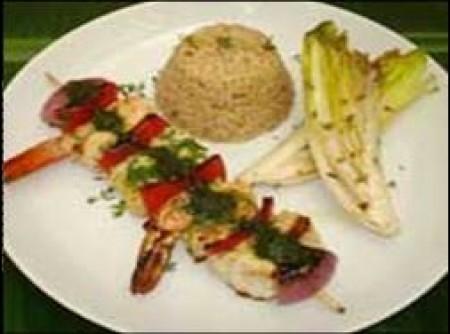 Kebab de peixe, frutos do mar e legumes servido com pilaf de arroz integral