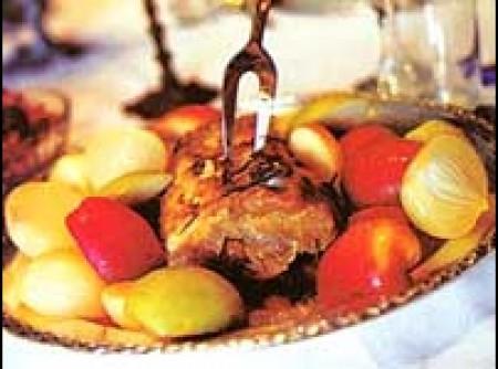 Lombo com cebolas e maçãs assadas