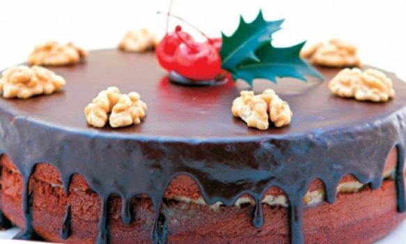 Bolo de chocolate com recheio de nozes