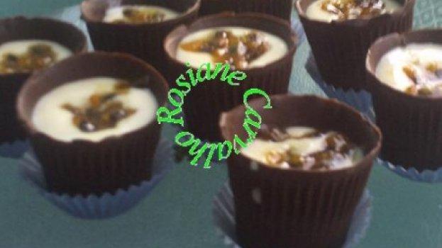 Copinhos de chocolate com mousse de maracujá