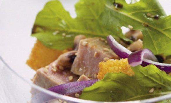 Atum fresco com salada de feijão frade e rúcula