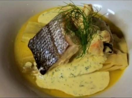 Peixe e camarões ao molho de cream cheese e funcho