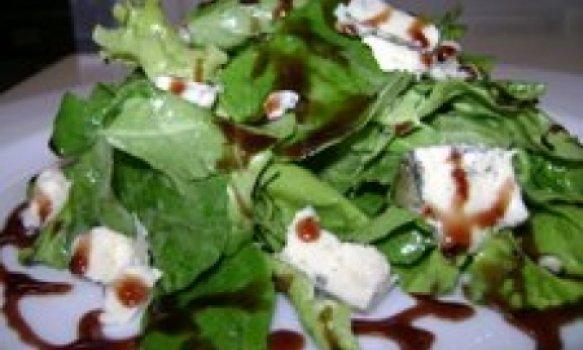 Gorgonzola com espinafre e redução de vinho