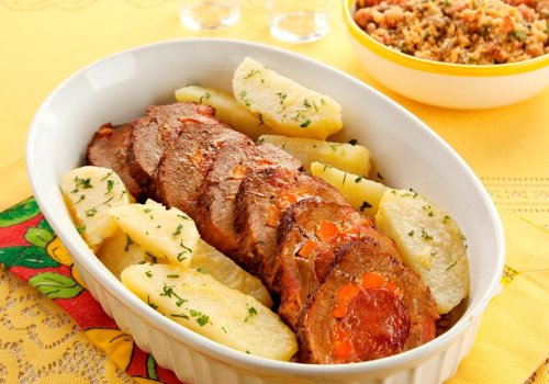 Lagarto Recheado com Farofa e Batatas Saltedas