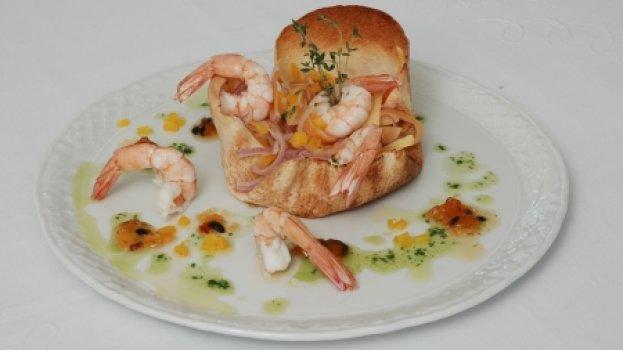 Salada de camarões a moda thai em potinho crocante